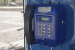 蓝色老电话 免版税库存照片