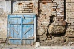 蓝色老的毂仓大门被绘 库存图片