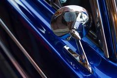 蓝色老葡萄酒汽车,后视镜细节 免版税图库摄影