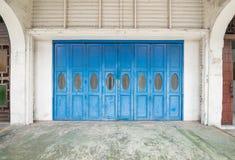 蓝色老门 库存图片