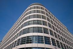 蓝色聪明大厦壁角查找的天空 免版税库存照片
