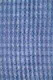 蓝色背景的格子花呢披肩边分裂多钩长线织品 免版税库存照片