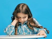 蓝色背景的白种人小女孩 免版税库存照片