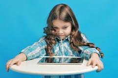 蓝色背景的白种人小女孩 图库摄影