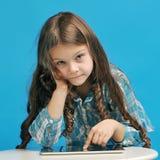 蓝色背景的白种人小女孩 库存图片