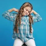 蓝色背景的白种人小女孩 库存照片