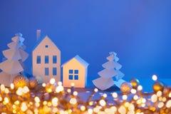 蓝色背景的纸房子 免版税库存照片