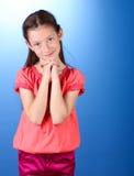 蓝色背景的美丽的小女孩 库存图片