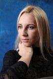 蓝色背景的美丽的金发碧眼的女人 免版税库存图片