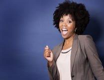 蓝色背景的黑人偶然妇女 图库摄影