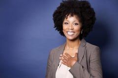 蓝色背景的黑人偶然妇女 免版税图库摄影