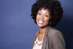 蓝色背景的黑人偶然妇女 免版税库存图片