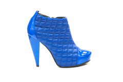 蓝色脚跟高皮革缝制的鞋子 免版税库存照片