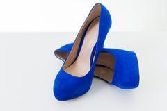 蓝色脚跟高鞋子 库存图片