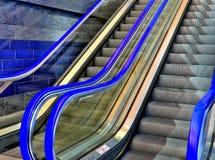 蓝色自动扶梯 免版税库存照片