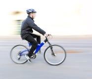 蓝色自行车的人 库存图片