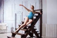 蓝色舞蹈紧身连衣裤和Pointe鞋子的,跳芭蕾舞者年轻美丽的女孩 库存图片