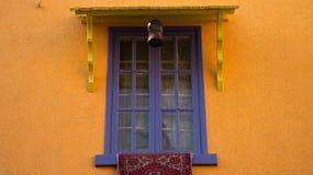 蓝色色的窗口 免版税库存照片