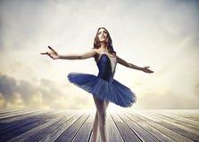 蓝色芭蕾舞女演员 免版税库存照片