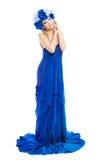 蓝色花冠的妇女在白色的薄绸的礼服 免版税库存照片