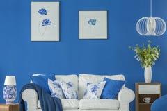 蓝色花卉客厅 库存图片