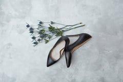蓝色花和黑女性鞋子 图库摄影
