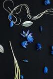蓝色花开花,金属化叶子和链子 库存照片