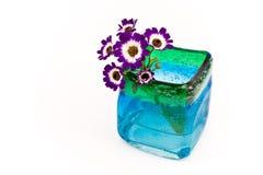 蓝色花玻璃花瓶 免版税图库摄影