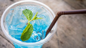 蓝色苏打鸡尾酒用在上面的薄荷在木桌上 免版税库存图片