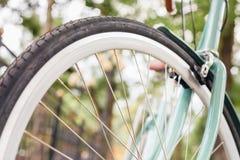 蓝色葡萄酒城市自行车、概念活动的和健康生活方式 免版税库存图片