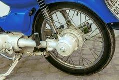 蓝色葡萄酒摩托车轮子 库存图片