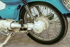 蓝色葡萄酒摩托车轮子 库存照片