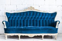 蓝色葡萄酒沙发 免版税库存图片