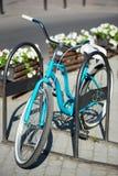 蓝色葡萄酒自行车特写镜头在停放的街道的户外 图库摄影