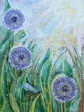 蓝色葱属花和蜻蜓 春天开花的草甸植物 库存照片