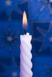 蓝色蜡烛紫罗兰 库存图片