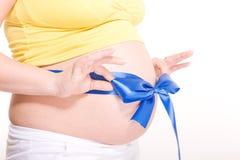 蓝色蝴蝶结怀孕的数据条白色 免版税库存图片