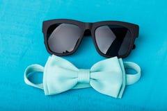 蓝色蝶形领结和太阳镜 库存照片