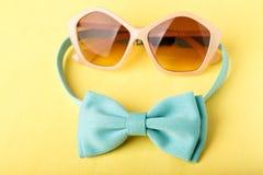蓝色蝶形领结和太阳镜 免版税库存图片