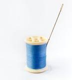 蓝色螺纹和针 库存照片