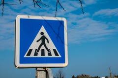 蓝色行人交叉路标志 免版税库存图片