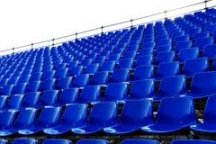 蓝色行供以座位临时体育场 库存图片