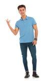 蓝色衬衣的人指向手指的 库存照片