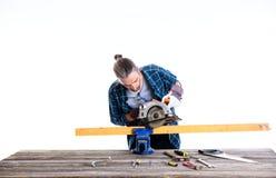 蓝色衬衣的工作者与木头一起使用 免版税库存图片