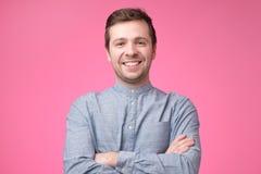 蓝色衬衣的微笑的正面白种人人 免版税库存图片