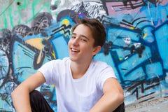 蓝色衬衣的青少年的男孩 免版税库存图片