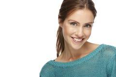 蓝色衬衣的年轻美丽的妇女,微笑 免版税图库摄影