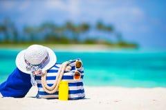 蓝色袋子,秸杆白色帽子,太阳镜和 免版税库存照片