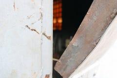 蓝色被打开的弯的被乱砍的铁金属门的纹理与一把锁的从一自创诡计多端的金属缆绳 抽象背景异教徒青绿 图库摄影