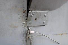 蓝色被打开的弯的被乱砍的铁金属门的纹理与一把锁的从一自创诡计多端的金属缆绳 抽象背景异教徒青绿 库存图片